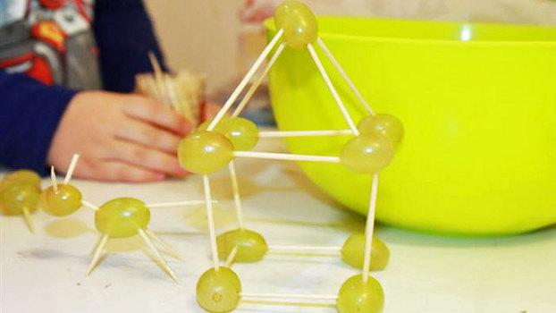 Чем занять ребенка, пока мама готовит? Игры на кухне для детей от двух лет