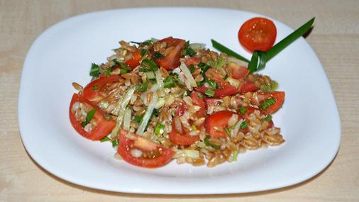 Салат из свежих овощей и полбы