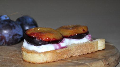 Быстрый и вкусный завтрак - Гренки со сливами и творожком