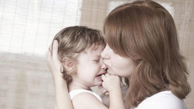 Ребенок теребит свои волосы перед сном