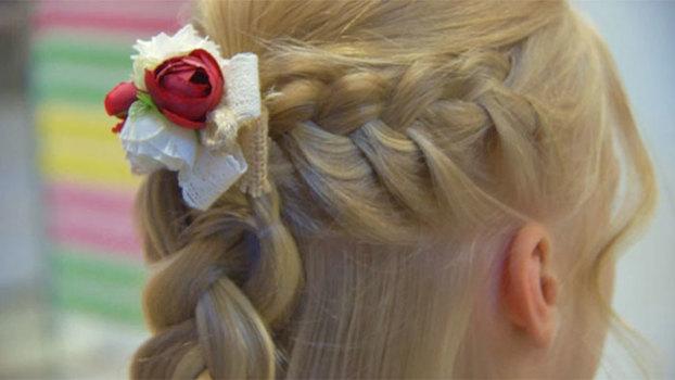 Простая и красивая прическа с косами для девочки