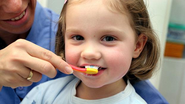 Как правильно выбрать зубную щетку и пасту для ребенка