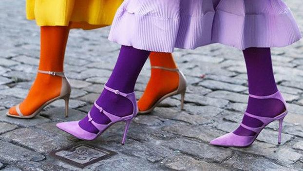 Мода 2018. Носки с туфлями и цветные колготки с босоножками