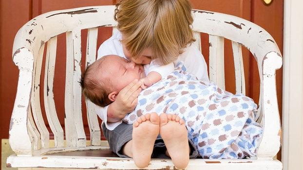 Как пеленать новорожденного. Простая инструкция на видео