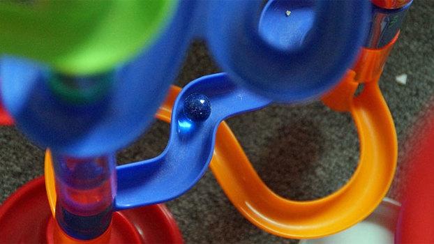 Игрушки своими руками. Марблтрек из тубуса и бумажных тарелок