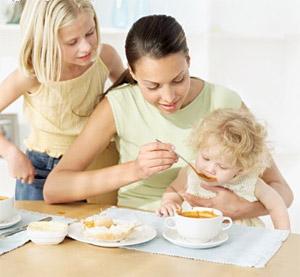 Питание десятимесячного ребенка мало чем отличается от питания в 9 месяцев.  В основном меняется объем пищи.