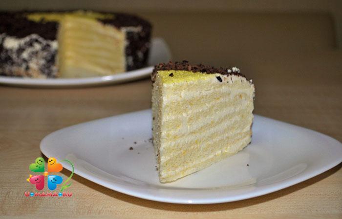 Я не вспоминала об этом рецепте, пока не наткнулась на него в старом кулинарном блокнотике. Торт вкусный! Довольно сладкий крем, поэтому можно чуть уменьшить сахар и/или увеличить количество лимонного сока. Крема немного, за ночь он впитался в коржи, и торт получился мягкий, с приятной лимонной ноткой! А если приготовить этот торт со сметанным кремом, он будет очень влажным и нежным.