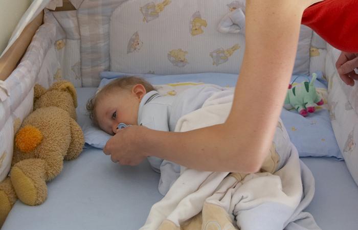 Если ребенок дергается во сне, то его движения могут быть некоординированными, напоминающие дрожание конечностей или мышечные спазмы.