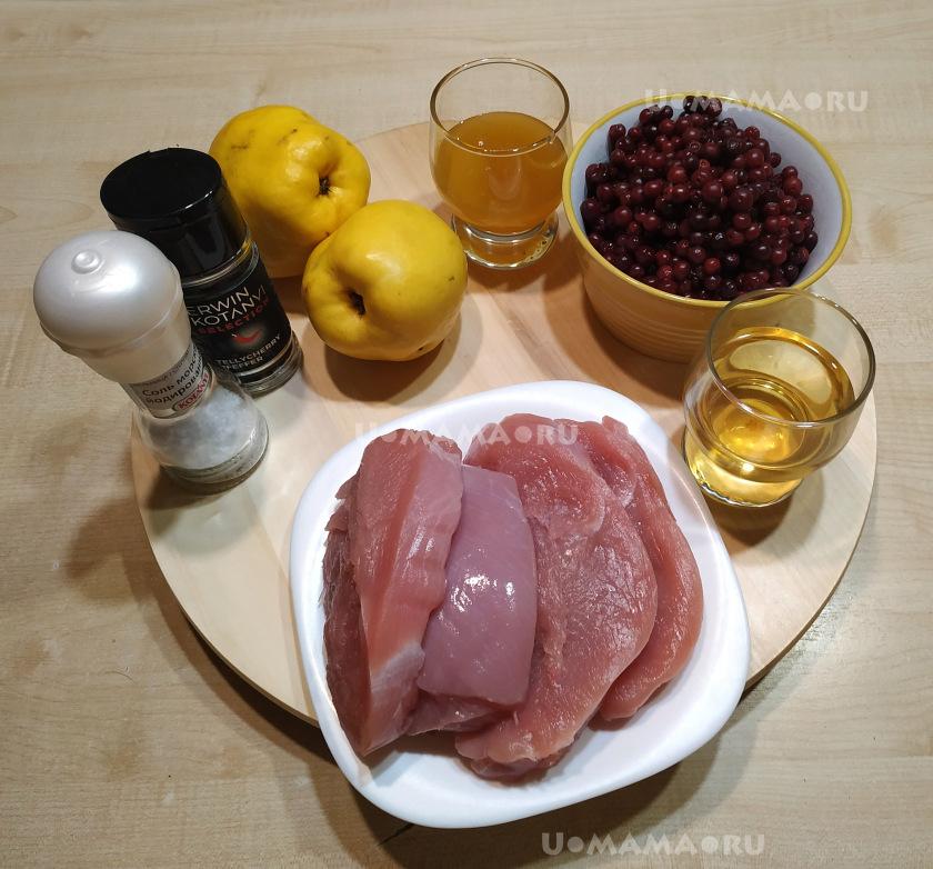 Запеченные стейки индейки с айвой и брусничным соусом