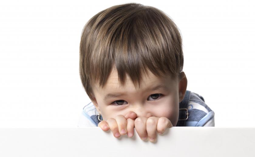 Ребенок не общается со сверстниками: что делать?