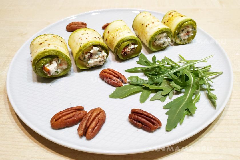 Рулетики кабачковые с творожным сыром и вялеными помидорами