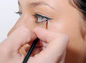Если вы хотите научиться рисовать стрелки на глазах, значит, без подводки не обойтись.  Для начала разберемся, какие...
